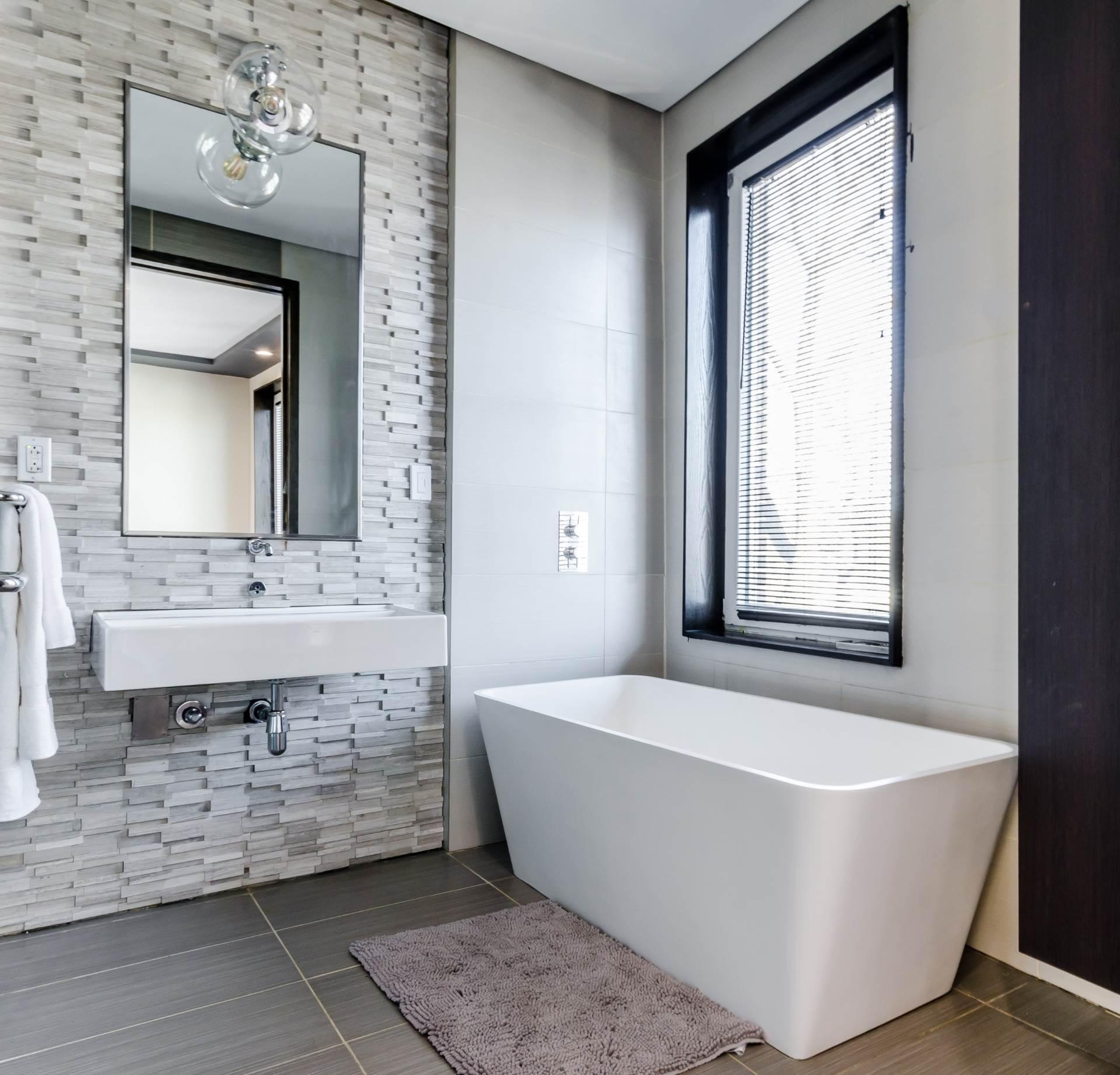 Salle de bain blanche bain carrée rénovation autoconstruction flip maison Visiondici Magog Quebec